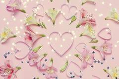 Composition et coeurs en fleur de ressort au centre Salutation d'amour de ressort Vue supérieure, configuration plate Images stock