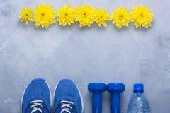 Composition flatlay en été avec l'équipement et les fleurs de sport Image stock