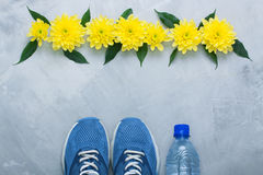 Composition flatlay en été avec l'équipement et les fleurs de sport Photo libre de droits