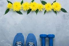 Composition flatlay en été avec l'équipement et les fleurs de sport Image libre de droits