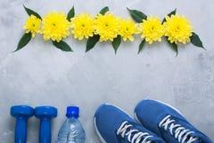Composition flatlay en été avec l'équipement et les fleurs de sport Photographie stock libre de droits