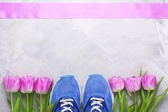 Composition flatlay en ressort avec des espadrilles et des tulipes Photographie stock libre de droits