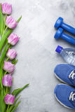 Composition flatlay en ressort avec l'équipement et les tulipes de sport Photographie stock libre de droits