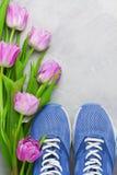 Composition flatlay en sports de ressort avec les espadrilles bleues et le pourpre Photographie stock