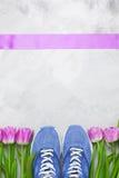 Composition flatlay en sports de ressort avec les espadrilles bleues et le pourpre Photo libre de droits