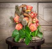 Composition florale avec des roses de thé Image libre de droits