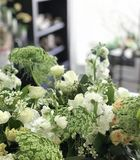 Composition florale blanche et verte Photo stock