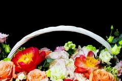 Composition florale blanche lumineuse dans un panier sur un fond foncé photographie stock libre de droits