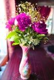 Composition florale dans un vase sur la table Images libres de droits