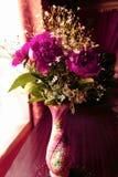 Composition florale dans un vase sur la table Photographie stock libre de droits