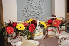 Composition florale dans une boîte photographie stock libre de droits
