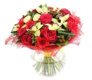 Composition florale en verre, vase transparent : roses rouges, orchidée Image libre de droits