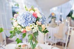 Composition florale fraîche sur la table de vacances Événement admirablement organisé - tables de banquet servies prêtes pour des photographie stock