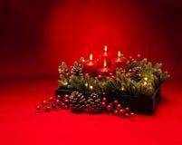 composition florale rouge en bougie de 4ème avènement Photos libres de droits