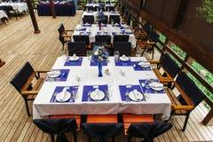 Composition florale sur épouser table-2 Compositions florales avec les roses fraîches et les fleurs bleues Photographie stock