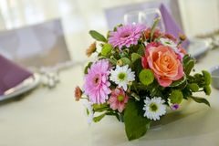 Composition florale sur la table Photographie stock libre de droits