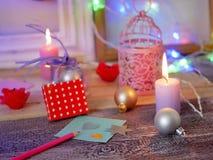 Composition intérieure de fête saisonnière des bougies allumées, décor, cadres en bois, lampes décoratives, coeurs de feutre, pap images stock