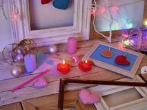 Composition intérieure de fête saisonnière des bougies allumées, décor, cadres en bois, lampes décoratives, coeurs de feutre, pap images libres de droits