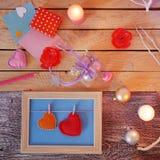 Composition intérieure de fête saisonnière des bougies allumées, décor, cadres en bois, lampes décoratives, coeurs de feutre, pap photo stock