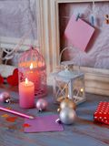 Composition intérieure de fête saisonnière des boules, allumée bougies, cadres en bois, lampes décoratives, coeurs de feutre, pap image libre de droits