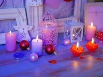Composition intérieure de fête saisonnière des boules, allumée bougies, cadres en bois, lampes décoratives, coeurs de feutre, pap images stock