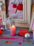 Composition intérieure de fête saisonnière des boules, allumée bougies, cadres en bois, lampes décoratives, coeurs de feutre, pap photo libre de droits