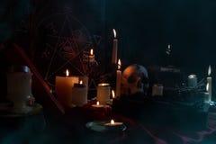 Composition magique avec les bougies et le pentagone étoilé Image libre de droits