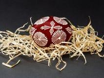Composition minimale en Pâques avec l'oeuf de pâques peint dans le modèle géométrique photo stock