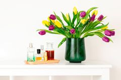 Composition minimale, style nordique scandinave de hygge, maison intérieure, fête des mères - tulipes dans le vase vert photos libres de droits