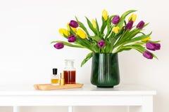 Composition minimale, style nordique scandinave de hygge, maison intérieure, fête des mères - tulipes dans le vase vert image stock