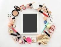Composition plate en configuration avec des produits de maquillage Photo libre de droits