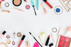 Composition plate en configuration avec des produits de maquillage pour la femme Image libre de droits