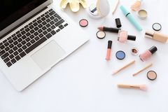 Composition plate en configuration avec des produits de maquillage pour la femme Photo stock