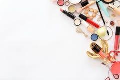 Composition plate en configuration avec des produits de maquillage pour la femme Photographie stock libre de droits