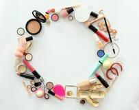 Composition plate en configuration avec des produits de maquillage pour la femme Image stock