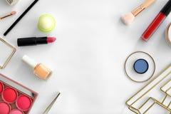 Composition plate en configuration avec des produits de maquillage pour la femme Images libres de droits
