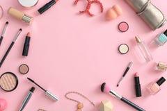 Composition plate en configuration avec des produits de maquillage pour la femme Images stock