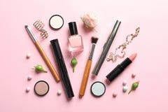 Composition plate en configuration avec des produits pour le maquillage décoratif photographie stock libre de droits