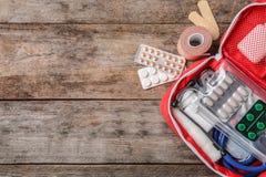 Composition plate en configuration avec le kit de premiers secours et espace pour le texte photographie stock