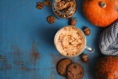 Composition plate en configuration avec le latte et l'espace d'épice de potiron photos stock
