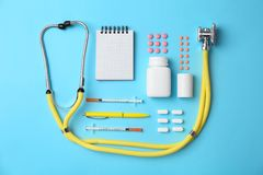 Composition plate en configuration avec le matériel médical et différentes pilules sur le fond de couleur Photographie stock