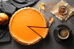 Composition plate en configuration avec le tarte de potiron fait maison délicieux frais images libres de droits