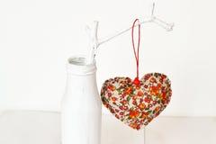 Composition pour Valentine& x27 ; jour de s - bouteille blanche, coeur fait main de tissu, branche Décor pour Valentine& x27 ; jo Photo stock