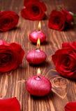 Composition romantique avec les bougies et les roses rouges Photo libre de droits
