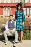 Composition romantique de deux personnes songeuses ensemble en parc Images stock