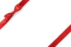 Composition rouge en arc de ruban d'isolement sur le fond blanc avec l'ombre photos stock