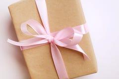 Composition rustique avec le beau présent dans l'emballage de papier de métier Fermez-vous du cadeau d'anniversaire dans l'envelo Image stock
