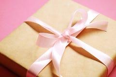 Composition rustique avec le beau présent dans l'emballage de papier de métier Fermez-vous du cadeau d'anniversaire dans l'envelo Images stock