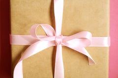 Composition rustique avec le beau présent dans l'emballage de papier de métier Fermez-vous du cadeau d'anniversaire dans l'envelo Photos libres de droits
