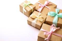 Composition rustique avec le groupe de beaux présents dans l'emballage de papier de métier Fermez-vous de beaucoup de cadeaux dan Image stock